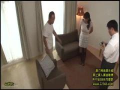 爆乳美女がおっさんにロータをアソコに設置され見世物にする調教エロ動画!