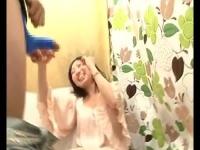 チンポキャンディをフェラした後に本物ペニスをしゃぶらされる女の羞恥な...