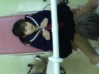 診察で犯されるセーラー服の女子校生を盗撮