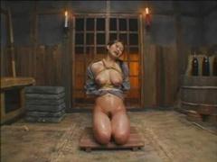 四十路巨乳美熟女が緊縛され吊るされて石抱き拷問され、さらに醤油を無理やり飲まされる