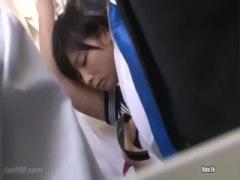 JK ショートカットが可愛いセーラー服女子校生の紗倉まなが電車で痴漢されて困惑 真っ白なパンツが眩しすぎるぜ