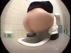 JK 制服女子校生が和式トイレで放尿&脱糞してる所を盗撮 ルーズソックスしばりでお尻からのアングルがグッド