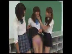 女子校生 ニューハーフ制服JKが女装した男子生徒を手コキして最後におしっこ引っ掛けていじめてます