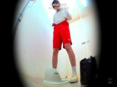 JK 体操服女子校生がトイレでなぜかトレパン穿いたままおしっこお漏らし♪う~んブルマだったらもっと良かった...