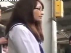 朝の通学電車でメガネのJKの下着を脱がせて手マン痴漢動画