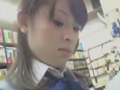 学校帰りに立ち読みしているJKを店内でレイプ痴漢動画
