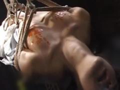 緊縛され吊るしあげにされたドM女が壮絶な赤いロウソク責めにあい、その体...