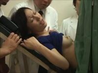 えっっ こんなに大勢! ? 産婦人科に診察に来た美人妻に研修医の研修の為に...