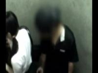エレベーター内でミニスカ女子校生を痴漢