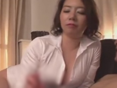 巨乳痴熟女のスロー手コキで強制射精させられるM男の動画