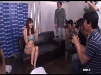 爆乳AVアイドルの撮影会は素人カメラマンにフェラチオしながら男優とセッ...