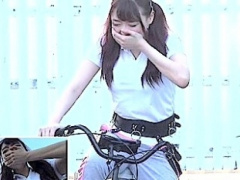 卑猥すぎるアクメ自転車キタ━━━━━━━! ! 喘ぎながら公園を一周w股間はグチ...
