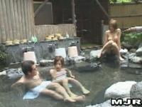 彼女と混浴温泉に入ったらエロギャルの挑発でフル勃起したチン○を彼女にフェラ抜きしてもらう 2 4