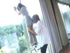 熟女 母のお尻に興奮したマサル君! 脚立で窓拭く母のアソコに指で悪戯…マ...