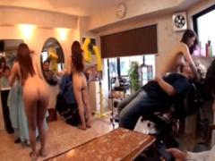 露出 全裸で巨乳美女3人が美容室でカット、シャンプー 洗い流しながら乳吸...