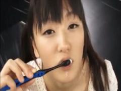 抜きたてホヤホヤのザーメンで歯磨きする女の子