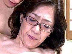 メガネ還暦熟女が夫の出張中に息子に高速ピストンされ中出しエッチ!