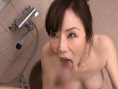 妖艶な五十路熟女の家政婦が洗体手コキフェラ抜きサービスで口内発射!