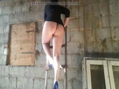 Tバックの爆尻丸出しではしごを上り下りするポッチャリ熟女! デブ素人
