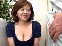 酒焼け声のエロケバい五十路熟女が水道業者を誘い真昼の情事! 汗だくで垂...