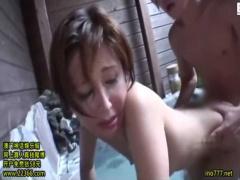 母子相姦 息子と行った温泉旅行で露天風呂で抱かれてしまいチンポに喘ぐお母さん
