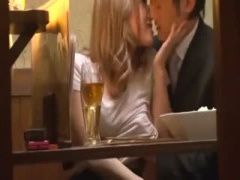 居酒屋で泥酔したヤリマンギャルが彼氏のちんぽをパクリ バレないように挿...