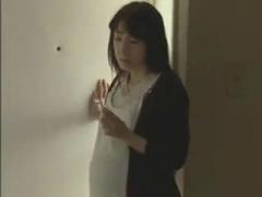 田島です。開けて はい 昼下がりの団地で浮気相手を手引する熟女は家に入...