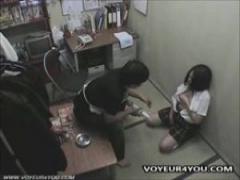 JKオナニー 万引きで捕まった女子校生がお詫びとして店長にオナニーさせら...