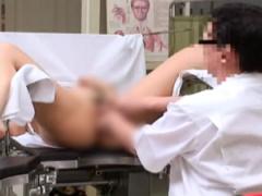 産婦人科 診察に来た人妻のマンコを愛撫のような触診で感じさせて生チンポ...
