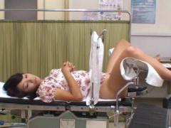 綺麗な熟女人妻が婦人科の診察を受け診察台に、医師はローターを当て敏感...