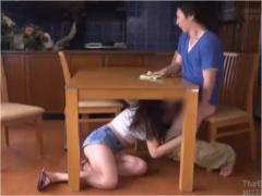 彼女がいる前で彼女の巨乳のお姉ちゃんが机の下から誘惑しこっそりフェラ...