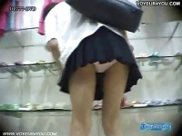 ショッピング中のJKの純白おパンティーを逆さ撮り盗撮動画映像