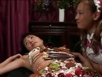 閲覧注意 女体盛りのケーキにザーメンぶっかけて食ザー