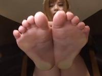 可愛いお姉さん成瀬心美の足を観賞する動画