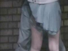 野外でスカートの中に手を突っこまれる女を盗撮
