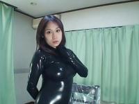 ぽっちゃり巨乳お姉さんが黒ラバースーツにお着替え!