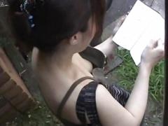 胸元ユルユルで無防備な素人娘の胸チラ隠撮