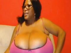 推定Qカップの大爆乳! 黒人素人デブお姉さんの天然超乳がすごい!
