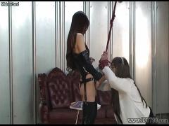 女装した男が女王様にアナルにバイブを突っ込まれ調教される