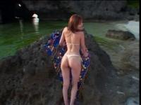 あいだゆあが浜辺を水着姿で散歩する企画物の動画