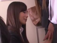 痴女OL3人組に電車で手コキ乳首責め逆痴漢されるM男動画