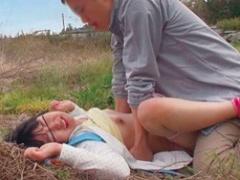 小柄で可愛らしい娘を野外でレイプする鬼畜変態オヤジたち 最後は中出し!