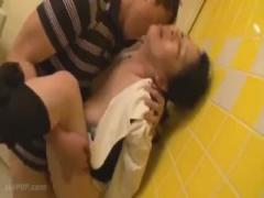 五十路美熟女用務員がトイレ清掃中に童貞大学生に無理やりフェラ本番SEX童...