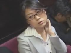 バスでメガネOL痴女に手コキ逆痴漢されるM男の動画