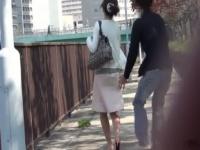 野外でお姉さん女優のパンツを盗撮する企画物の動画