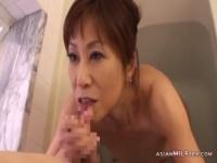 風呂場で熟女女優がフェラチオをする動画