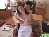 豊満熟女岩崎千鶴と正常位で性行為する動画
