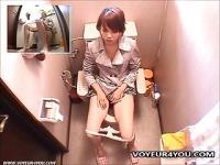 トイレで大股開きでオナニーをしているところを盗撮された痴女
