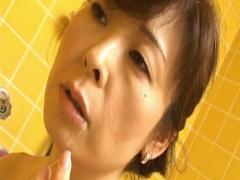 五十路熟女が風呂場で顔を歪めながら高速フェラして口内射精!