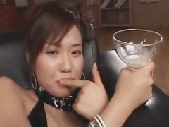大きなグラスに射精されたザーメンを溜めて飲み干す美女
